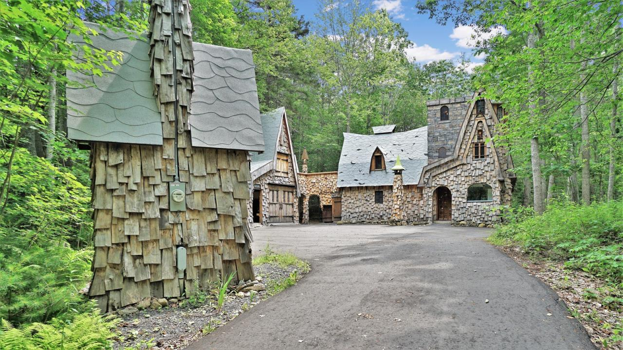 Storybook Woodland Cottage   AP19054
